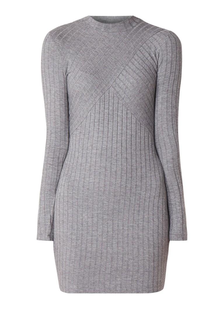Mango Evelyn ribgebreide mini-jurk van tricot met lage col middengrijs