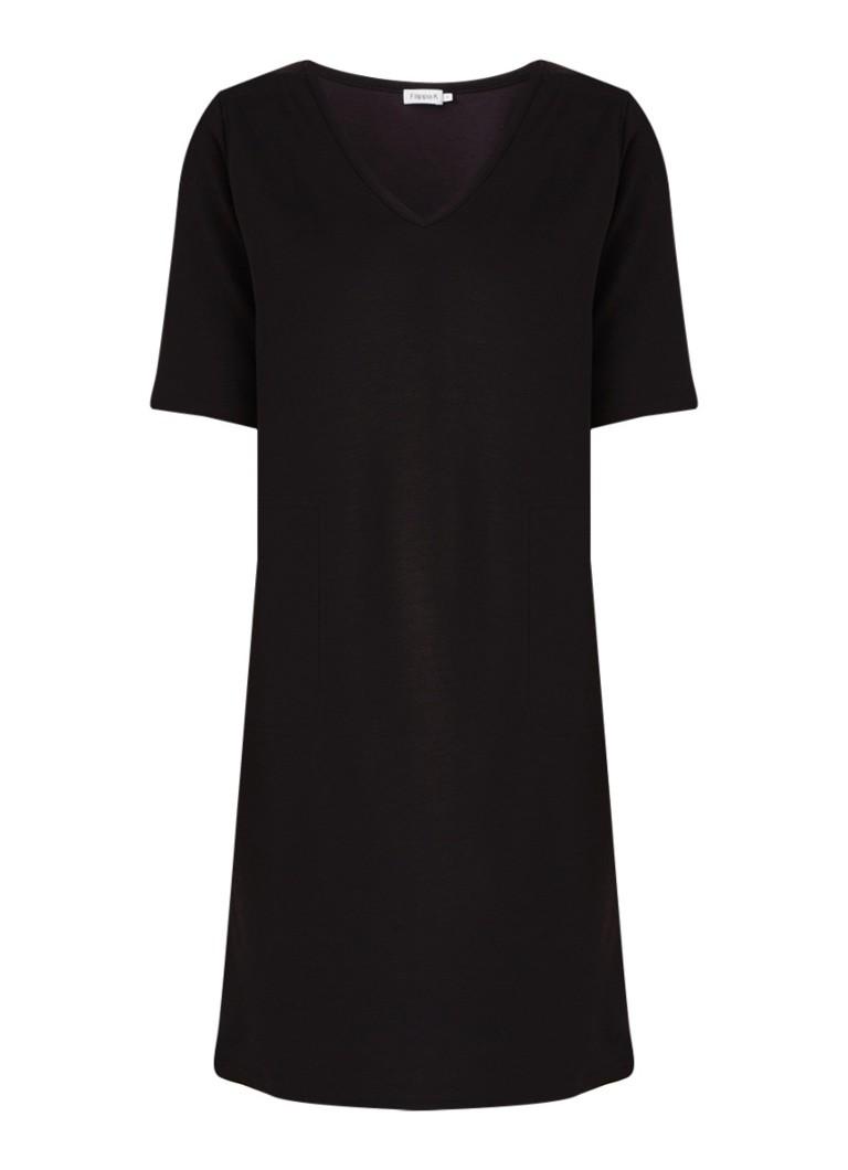 Filippa K T-shirt jurk met V-hals en steekzakken zwart