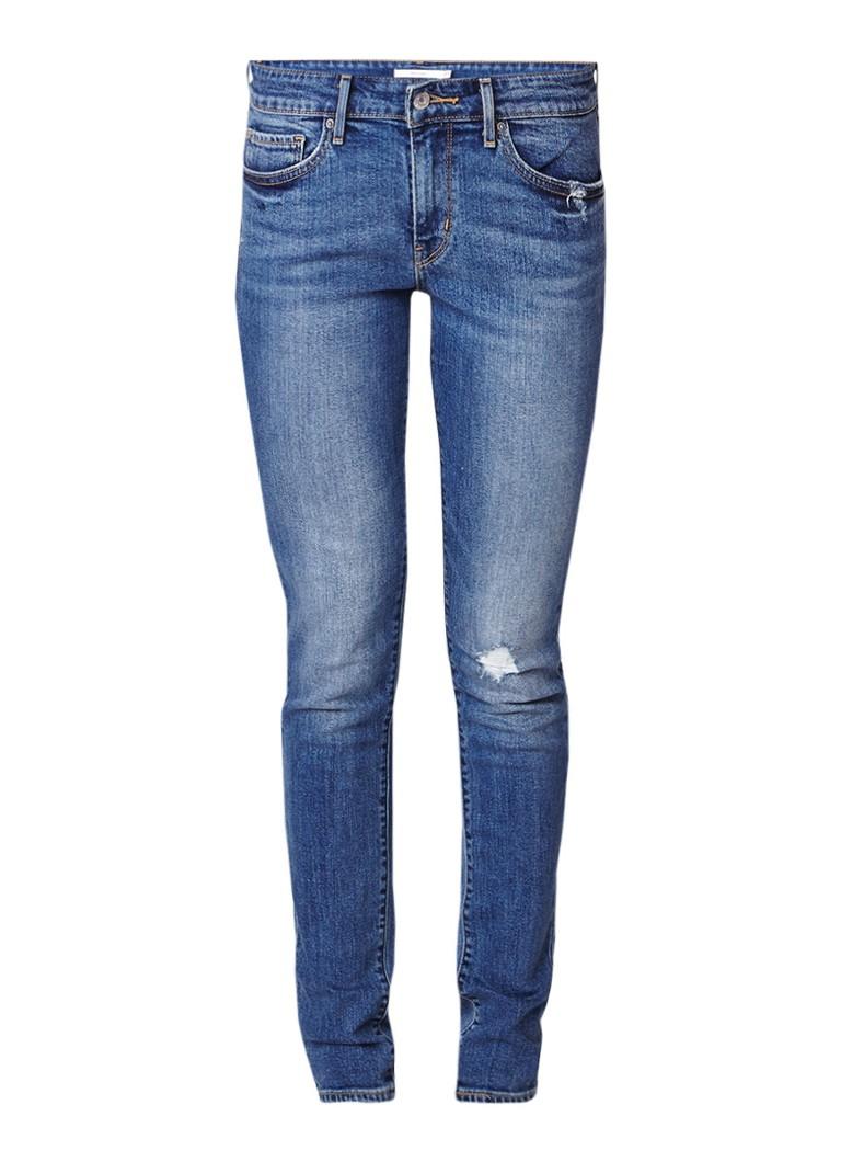 Levi's 711 mid rise skinny jeans met destroyed details