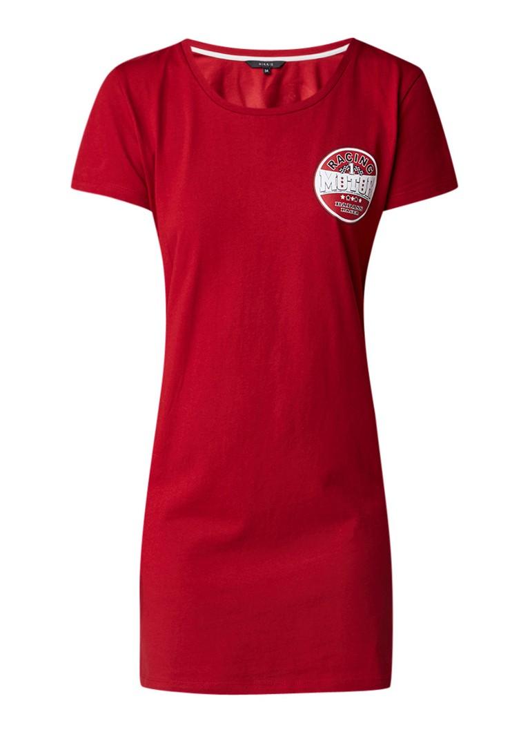 NIKKIE Britt Fox T-shirtjurk met tekstopdruk donkerrood