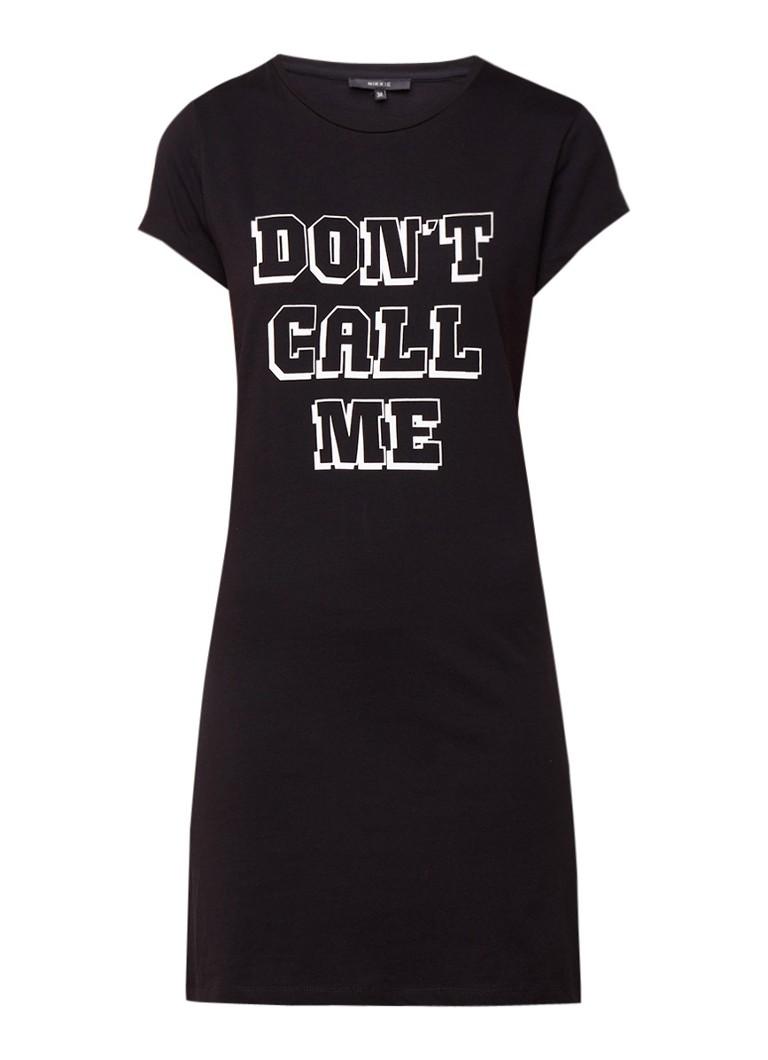 NIKKIE Don't Call Me T-shirt jurk met tekst zwart