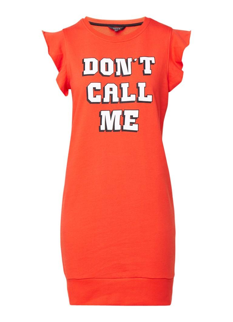 NIKKIE Don't Call Me sweaterjurk met tekstopdruk koraalrood