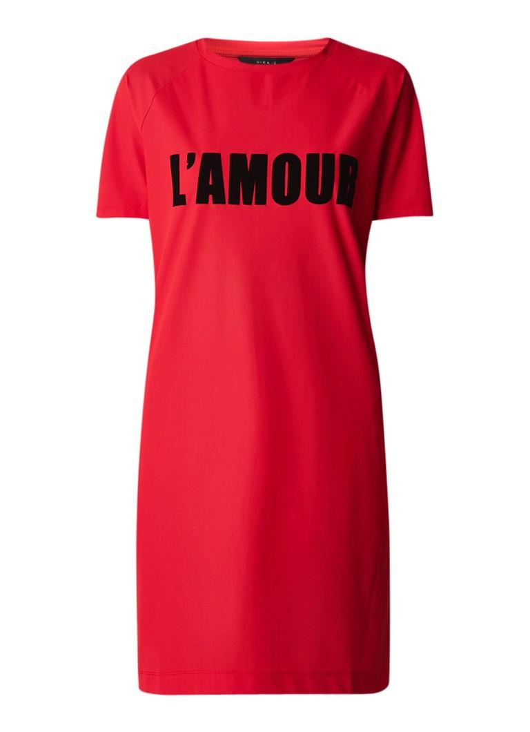NIKKIE Suzy T-shirt jurk met flock tekstprint rood