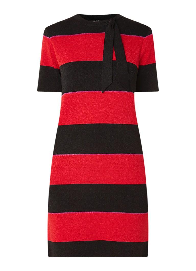 NIKKIE Jolien gestreepte jurk met lurex en strikkraag rood