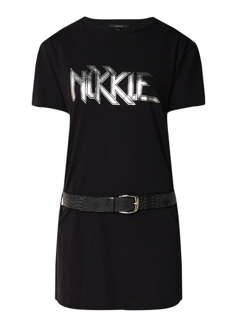 NIKKIE Nikkie T-shirt jurk met metallic logoprint en ceintuur zwart