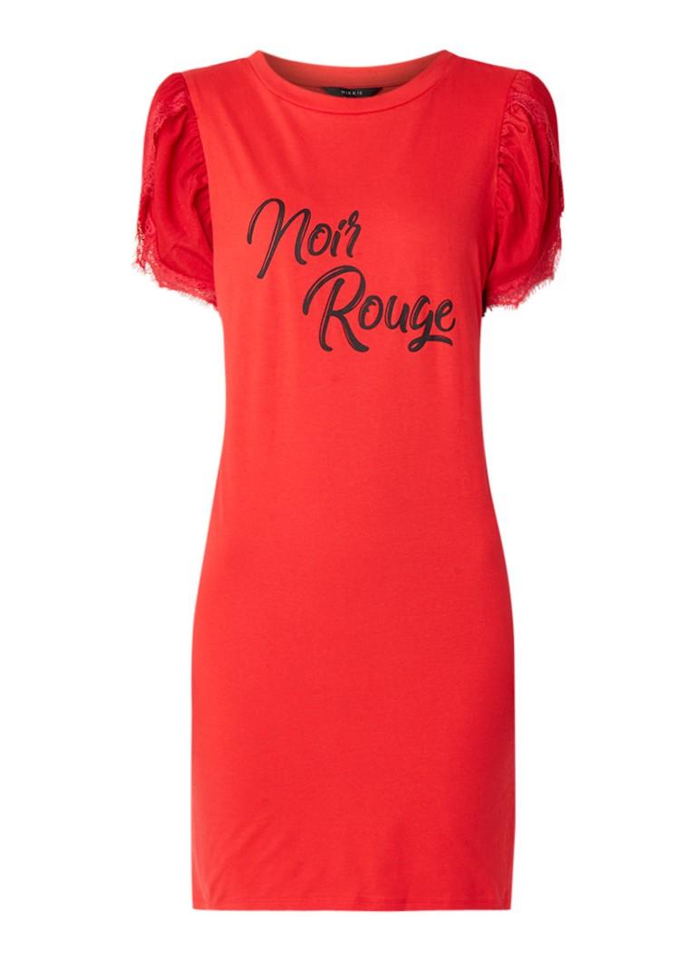 NIKKIE Noir Rouge T-shirt jurk met tekstopdruk en kant rood