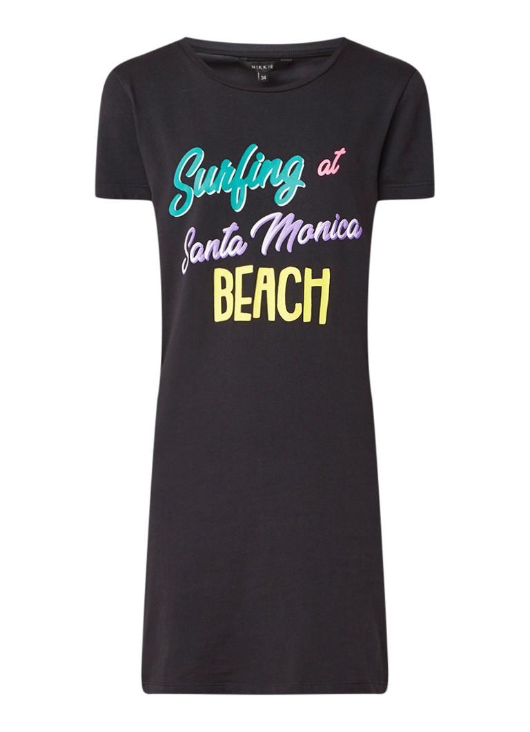 NIKKIE Surfing T-shirt jurk met tekstopdruk zwart