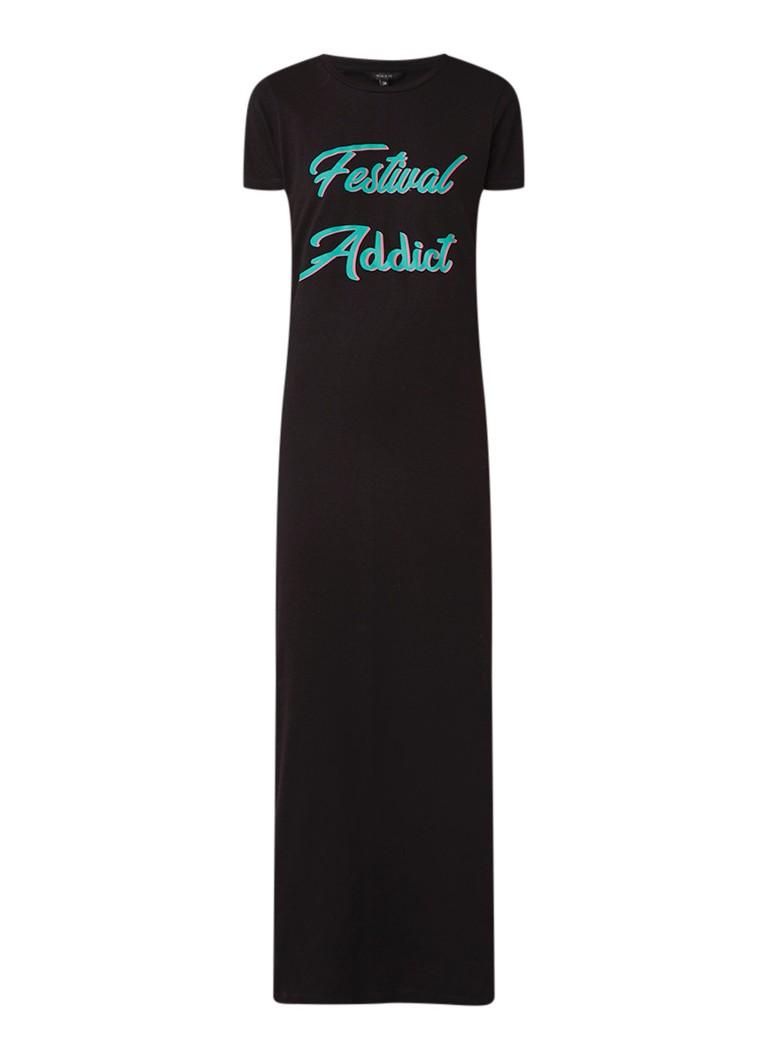 NIKKIE Festival Addict maxi T-shirt jurk met tekstopdruk zwart