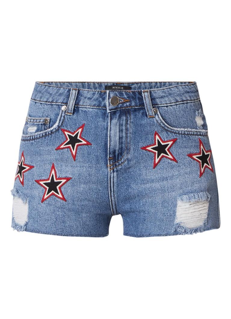 NIKKIE Star high rise denim shorts met geborduurde sterren