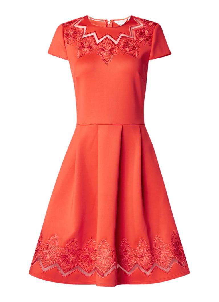 Ted Baker Cheskka A-lijn jurk met mesh detail en bloemenborduring koraalrood