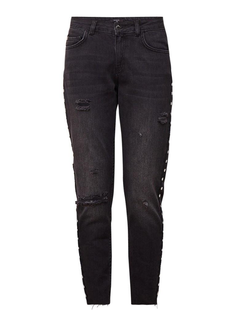 NIKKIE Baila mid rise cropped boyfriend jeans met studs