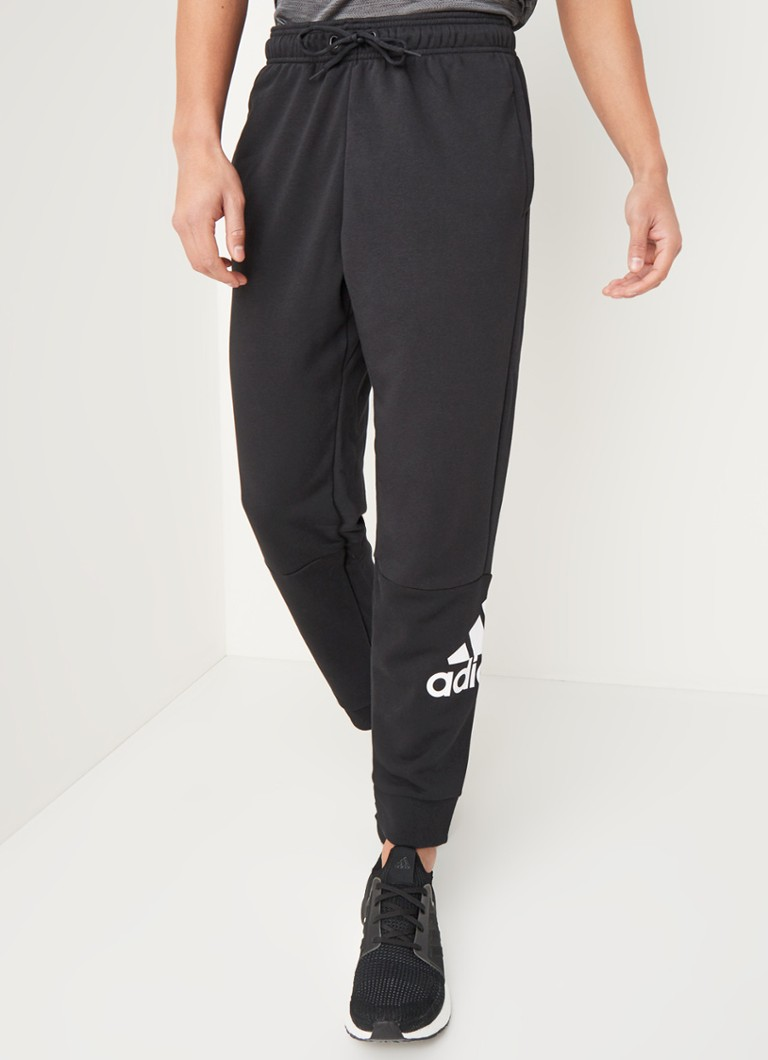 adidas - Tapered fit joggingbroek met logoprint - Zwart