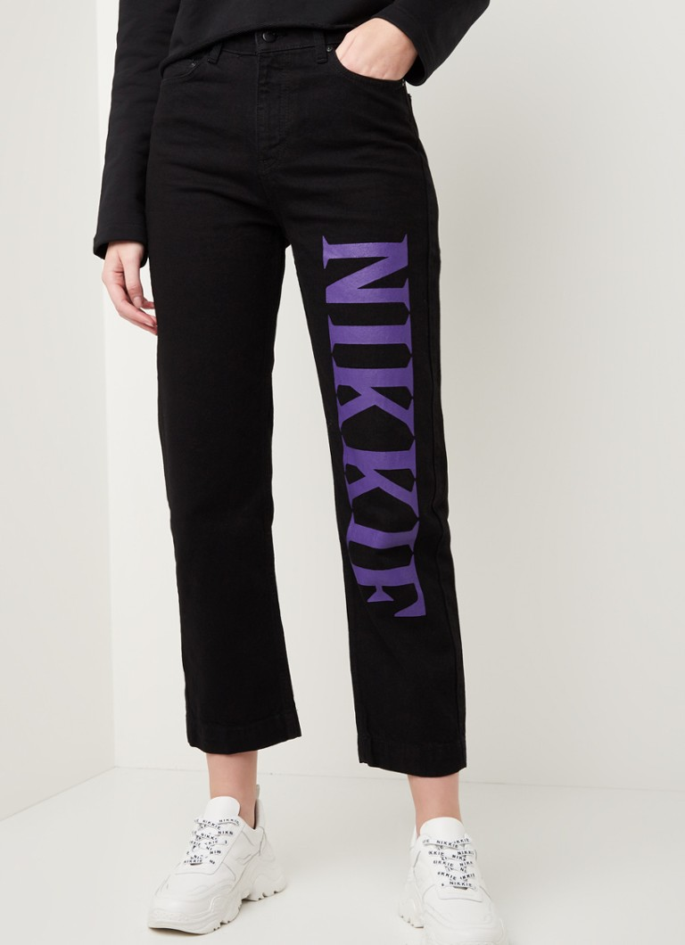 NIKKIE - High waist loose fit jeans met logoprint - Zwart