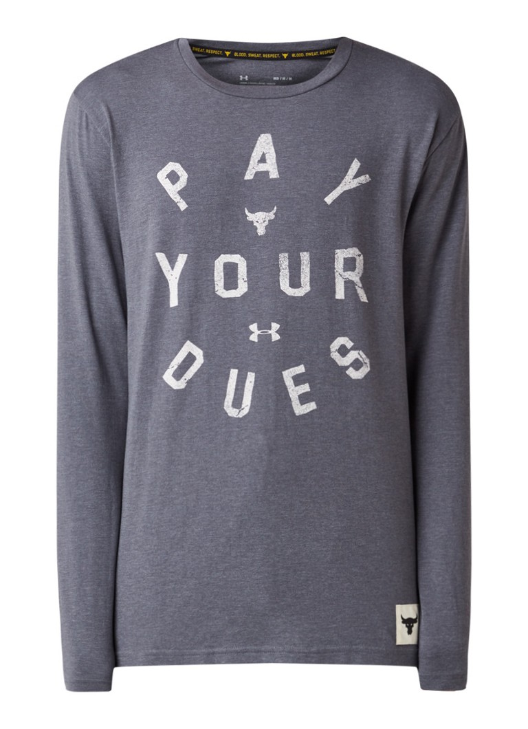 Under Armour - Project Rock Pay Your Dues trainingslongsleeve met tekstopdruk - Middengrijs